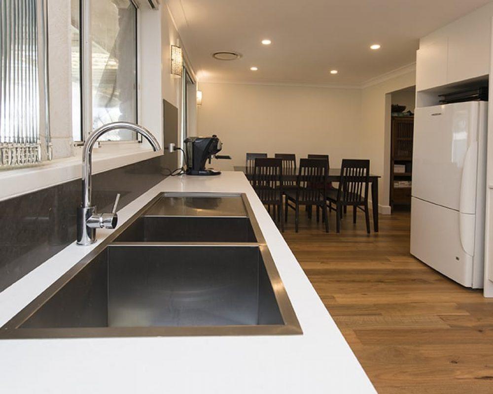 3-DOVE-PLACE-HINCHINBROOK_PBJ4110_kitchen_low-res-nqxjtschxi1kdj9xjbx4bsb90f2ekr88d1naj158w0